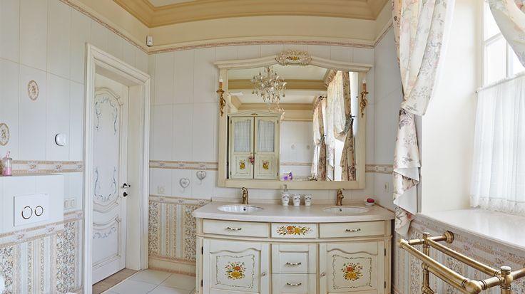 Ванная комната в итальянском стиле, классическое исполнение которое можно найти в старинных виллах на побережье Италии. Изысканность и легкость передается сложными элементами и легкими тонами.