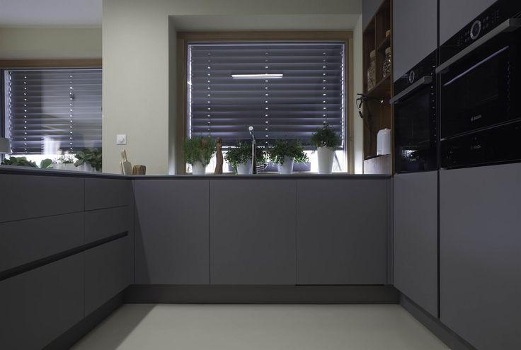 Uspořádání kuchyně do tvaru písmene U usnadňuje vaření.