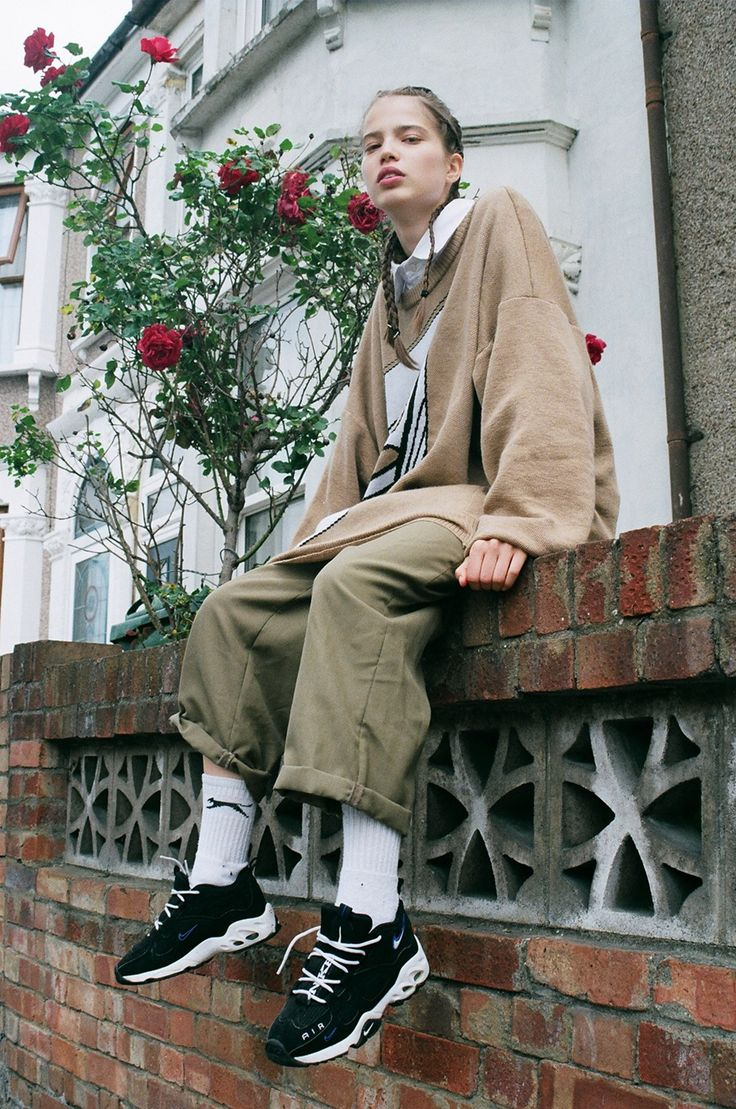 Street Style_long line sweat paired with wide pants & sneakers | Saved by Gabby Fincham | Sara - Ronan Mckenzie