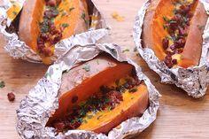 Le patate dolci ripiene al forno, una golosa variante delle baked potatoes, sono tipiche della cucina americana. Un goloso contorno da preparare in poche semplici mosse.