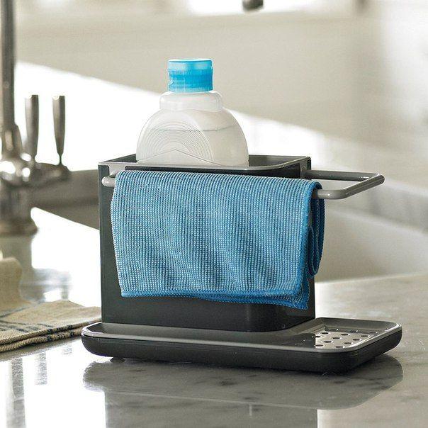 695 Kč, Joseph Joseph Caddy™ Sink Tidy Kuchyňský stojánek na mycí prostředky je velkým pomocníkem pro správnou organizaci mycího prostoru u kuchyňského dřezu. Hlavní odkladný prostor stojánku je určen k uložení saponátu a kartáče. Integrovaná konzolka slouží k zavěšení a sušení vlhkých utěrek. Děrovaný odkapávač je odkladnou plochou pro houbičku. Odpadní voda se kumuluje ve spodní misce.