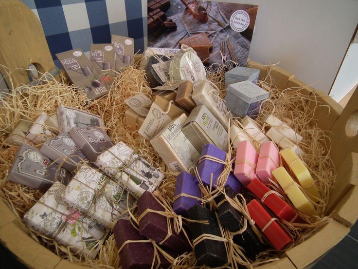 Francouzská mýdla Mas Du Roseau  Ručně vyráběná přírodní mýdla z Francie. Mýdla jsou ručně tlačena, s pravým parfémem z oblasti Grasse, čistě na přírodní bázi s lněným a olivovým olejem.