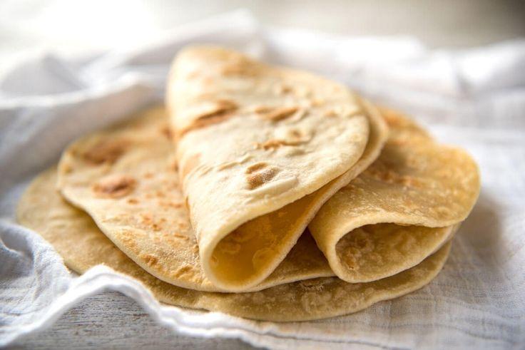 チャパティと呼ばれるイーストを使わず、小麦粉だけで作れる薄いパン。巻いたり、乗せたりと、ホームパーティーでは非常に活躍するフードです。材料・300gの小麦粉・小さじ1/2杯の塩・50gの...