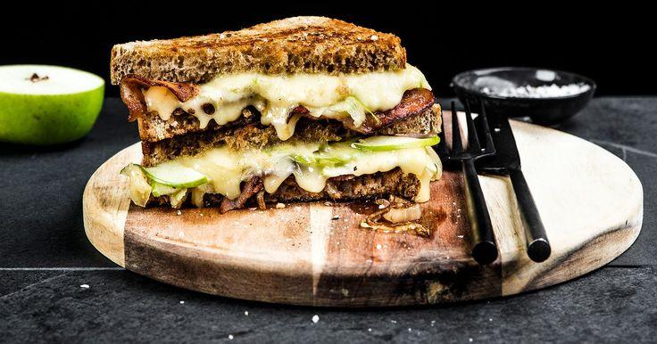 Ostesmørbrød med Norvegia® vellagret, eple, bacon og karamellisert løk | Oppskrift | Meny.no