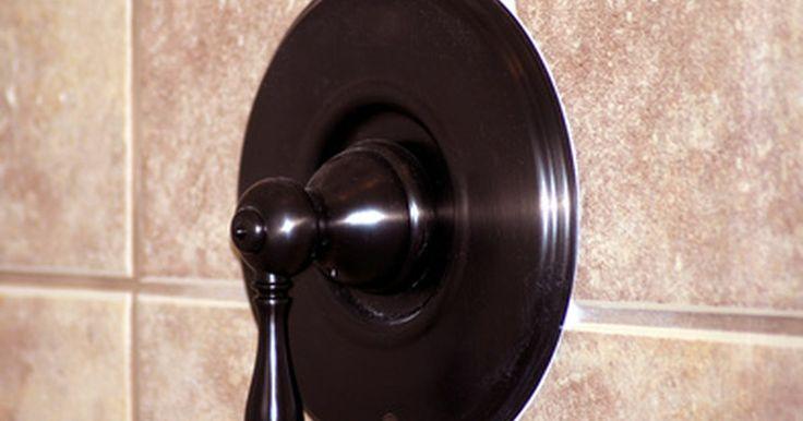 Cómo volver a colocar lechada en los azulejos de la ducha. La constante exposición al agua y la sedimentación o el desplazamiento de las paredes del baño pueden hacer que lechada de alrededor de los azulejos se quiebre. La lechada en este estado debe repararse para mantener alejada al agua de las grietas. Con el tiempo, el agua puede dañar la estructura y descomponer las capas subyacentes. Ésto ...
