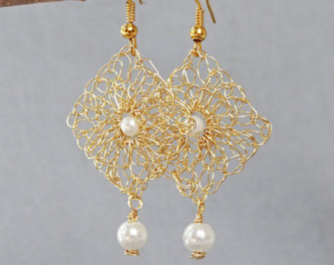 Pendientes de ganchillo de hilo hecho a mano. Aretes en alambre de oro. Oro pendientes pendientes de perlas repique nupciales pendientes. Pendientes de punto. Joyería de la boda