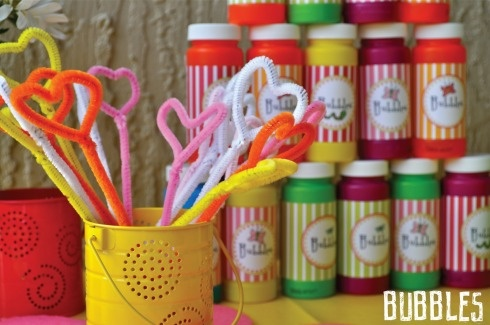 pipe cleaners = bubble wandsIdeas, Pipe Cleaners, Birthday Parties, Gardens Birthday, Parties Favors, Ewing Hooo, Kids, Bubbles Wands, Bubbles Parties