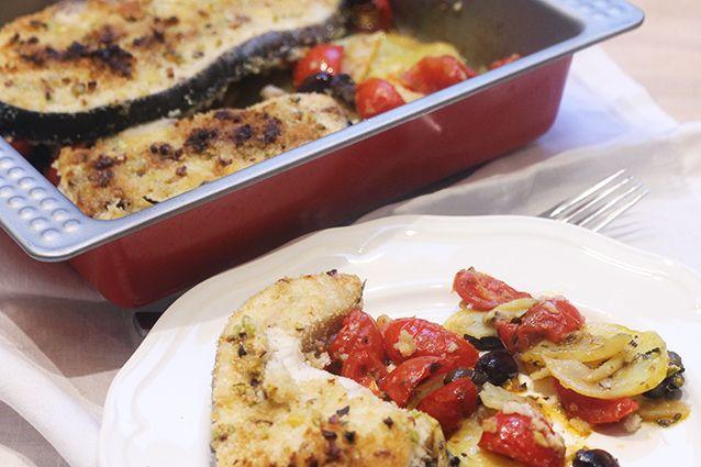 Il pesce spada al forno è una ricetta delicata e sfiziosa. Un piatto saporito ma con pochissime calorie, quindi adatto veramente a tutti.