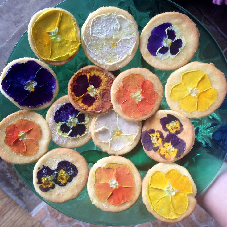 Cookies with edible flower - pansy!