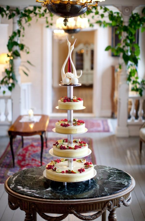 Wedding kake by Villa Sole at Losby Gods in Oslo, Norway. The swans are made of sugar. Gorgeous! (Photographer: Hanne Kristine Fjellheim. Courtesy of Renommé Communication)