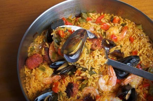 Como fazer paella mista. Um dos pratos que mais triunfam na cozinha mediterrânea é a paella mista, um delicioso prato de arroz onde se combina o melhor da carne e o mais saboroso fruto...