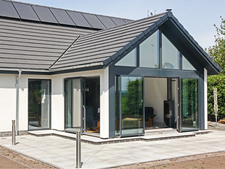 This beautiful house in Dunshalt, Scotland is getting the most of the view by combining the Idealcombi double sliding door with the fixed lights
