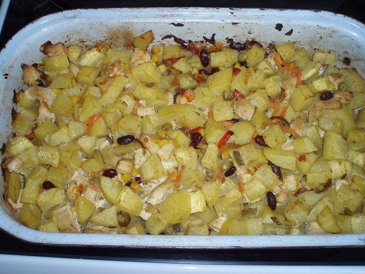 Oloupané vařené brambory nakrájíme na plátky a poklademe jimi dno pekáče nebo…