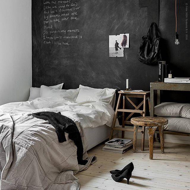Vem bor här? Höstens nya sängkläder #ÄNGSLILJA i mjuk tvättad bomull är ljuvligt sköna att sova i. Flammig skoltavelfärg på väggen matchar snyggt inredningen i trä och vintage detaljer.