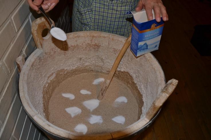 Hyvin hapanneeseen taikinan juureen lisätään suolaa 1 rkl/l ennen vastaamisen aloittamista.
