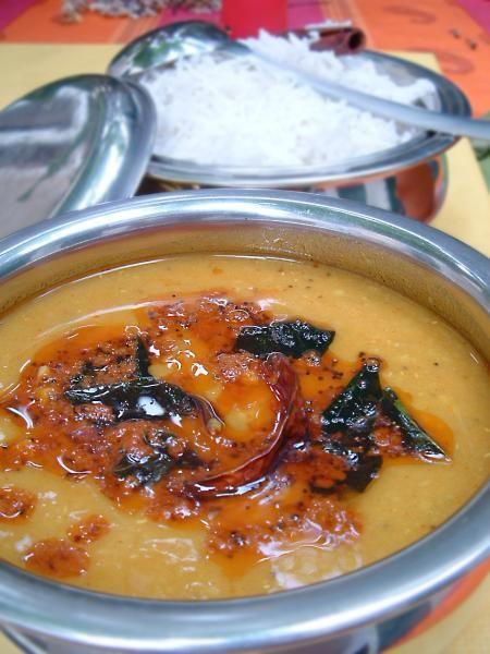Bonjour et bienvenue dans ma cuisine, aujourd'hui on va faire des lentilles à l'indienne, le « daal ». Le dal se prépare de plusieurs façon : « tarka daal », « daal fry » ou « daal makhni ». Nous aujourd'hui on va faire « tarka dal ». Pour faire cette...