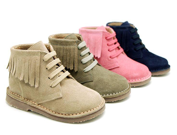 Tienda online de calzado infantil Okaaspain. Diseño y Calidad al mejor precio fabricado en España. Botita con flecos laterales en piel serraje. Envíos en 24,48 horas laborables.