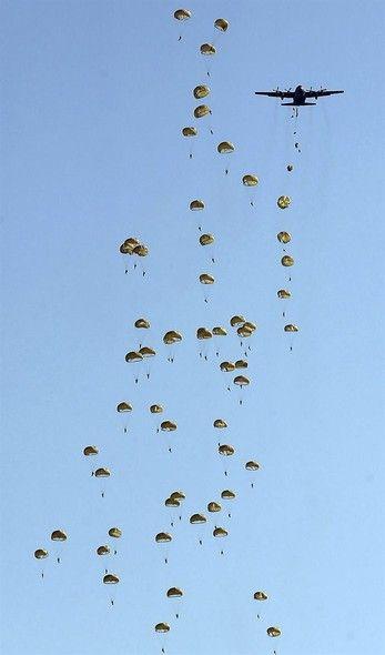 Paraquedistas saltam de um avião em Seul, Coreia do Sul, durante ensaio para o Dia das Forças Armadas, comemorado na Coreia do Sul em 1º de outubro - http://epoca.globo.com/tempo/fotos/2013/09/fotos-do-dia-26-de-setembro-de-2013.html (Foto: EFE/Yonhap)