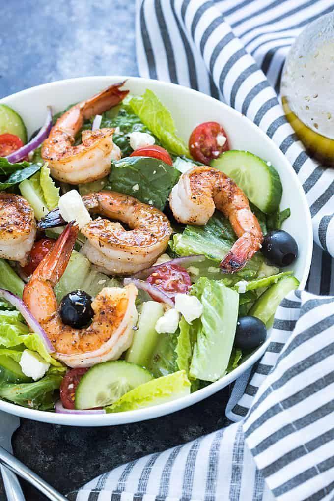 Griechischer Salat mit geschwärzten Garnelen – #Garnelen #geschwärzten #Griech… – https://hey4.lakingarin.com