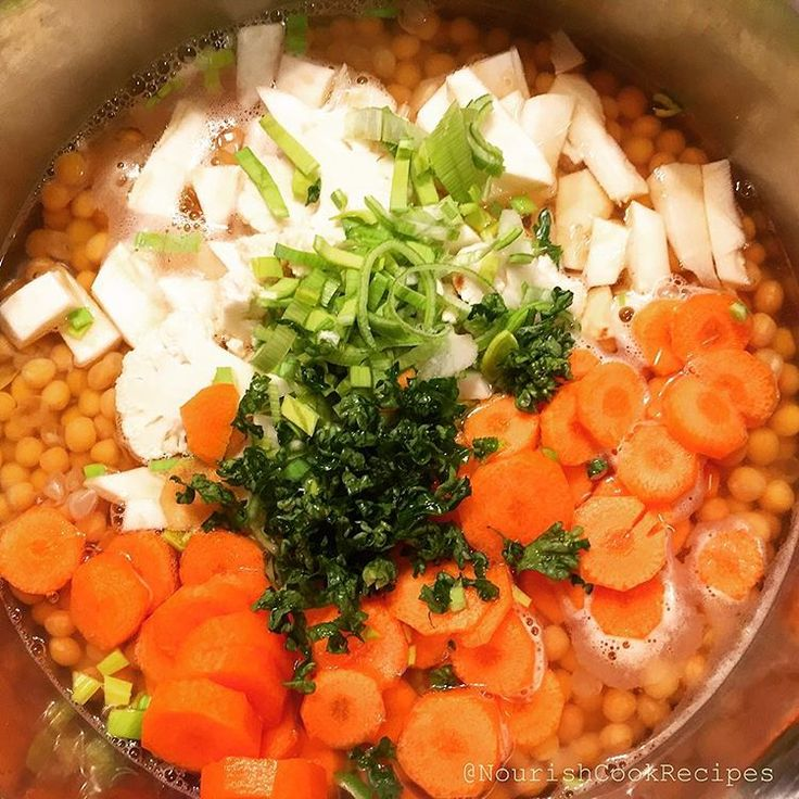 Cooking yellow pea pottage with fresh and healthy soup veggies.☺️ #recipe Cook 500 g peas 1-1,5 hour in 2 liter salted water. Then pour again with water till 2 liter (cover peas), and add the veggies, 2 carrots, parsley... Cook again till max 1 more hour, then mix it with handblender. Finally add 200 g sour cream (stired with 2 tbsp of flour + 1tbsp lemon saft) to it, stir and boil again for a minute. You can use bouillon cubes too for stronger taste