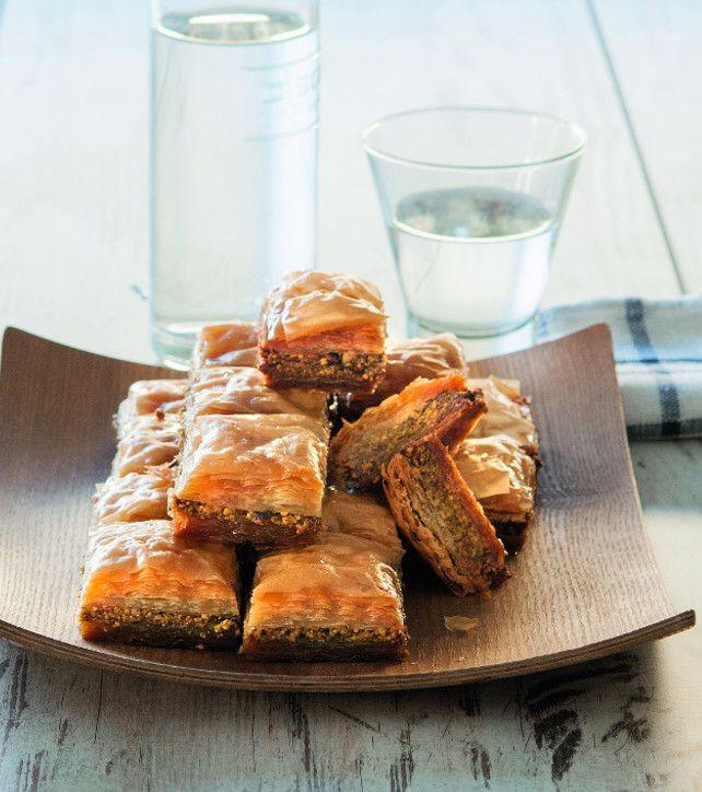 Άπειρες παραλλαγές έχει γνωρίσει ο μπακλαβάς. Εμάς μας αρέσει όπως τον τρώνε στην Ανατολή, γεμιστός με φιστίκι.