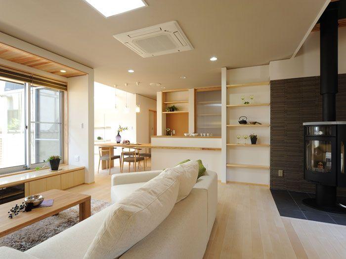 K-K house:薪ストーブをリビングのコーナーに配置した広がりのある空間です。