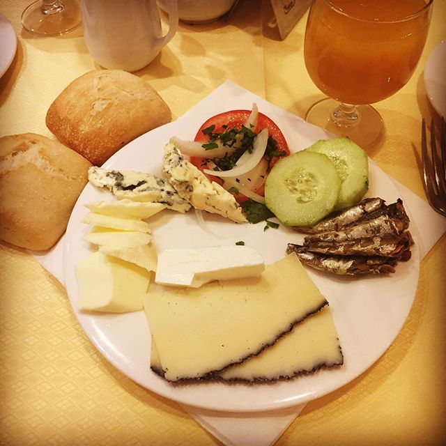 Lecker... #sardienen #manchego #blauschimmelkäse #leute #reise #mallorca #urlaub #tomaten #gurken #frischkäse im Hotel Valentin Paguera, Mallorca.