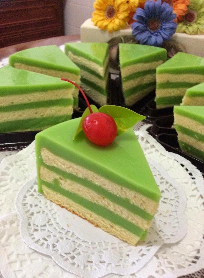 ~~~  休息了一阵子,今天又心血来潮,(ˇˍˇ) 想~烘烤蛋糕。。。       一直以来,香兰千层蛋糕是我的最爱,每一次逛蛋糕店,是必买的蛋糕之一。      价钱也不便宜(⊙o⊙)哦!一小片四寸方,就叫价RM8/-。。。好贵,照买( ⊙ o ⊙ )啊...
