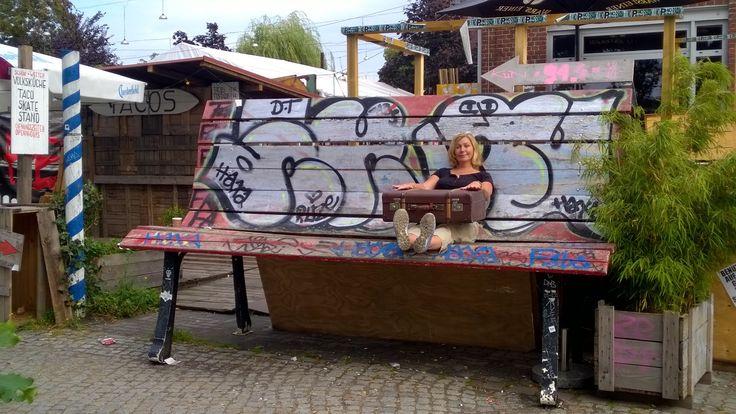 Liebe Grüße von der Bank ;) Auf Recherche-Reise in Berlin-Kreuzberg. Und Koffer gekauft. Ich liebe alte Koffer.