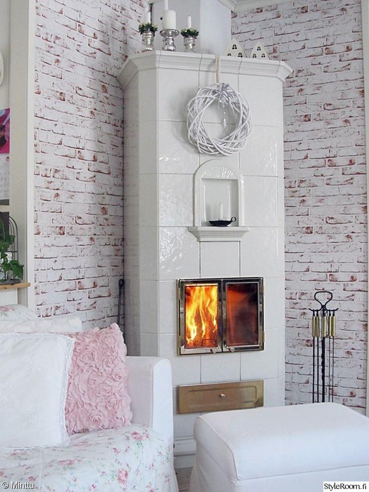 """""""Minttu1"""":n olohuoneessa takka tuo lämpöä pakkaspäivään. #maalaisromanttinen #kodinsisustus #homedecor #fireplace #tiilitapetti"""