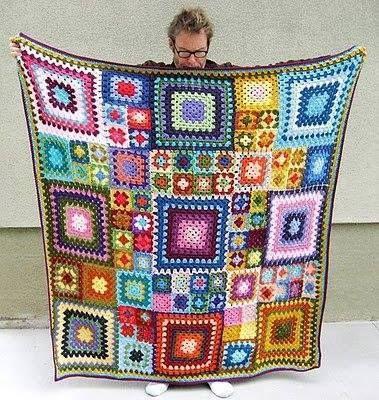 Renkli motiflerden yapılmış olan örgü battaniye modeli