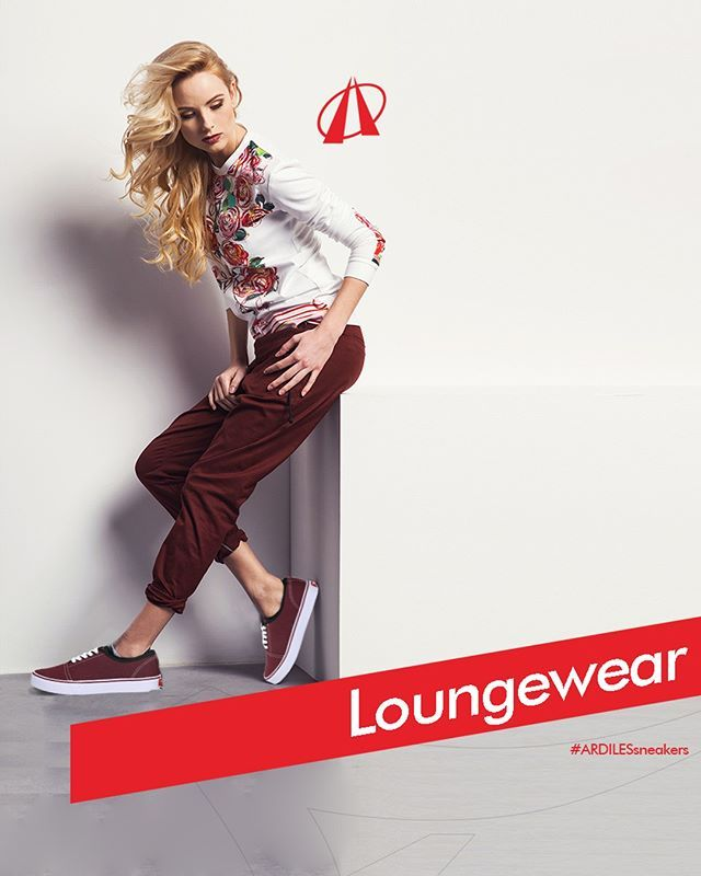 Loungewear  Ardiles Sneakers Lovers, kalian termasuk golongan manusia yang hobi hidup di rumah? Berarti gaya lounge wear cocok untuk kalian! Gaya yang hangat, santai, tapi tidak amburadul.  Ingin bersantai di rumah, tanpa terkesan malas dan kacau? Pilih joggers yang stylish dan juga membuatmu tampil lebih rileks. Joggers hadir dalam banyak variasi gaya, material kain, dan pilihan warna. Untuk atasannya, gunakan loungewear top yang lembut dan hangat dengan warna solid, garis-garis, crew-neck…