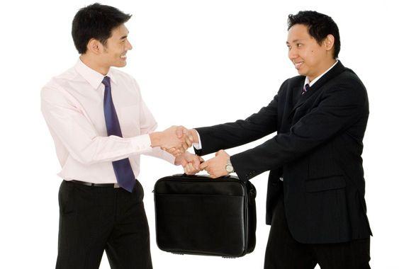 Terim olarak barter takas anlamına gelir. Ancak barter ticaret sistemi bilinen birebir karşılıklı takas işlemlerinden farklı gelişmiş bir sistemdir. Satın alınan mal ve hizmetin bedelinin üretilen mal ve hizmet ile ödendiği bir finans ve ticaret sistemidir.