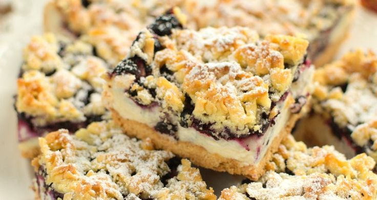 Kruche ciasto z jagodami i budyniową pianką