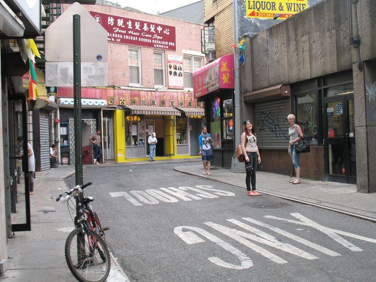 Rond 1900 was Doyers Street in China Town het toneel van veel dodelijke gevechten tussen de Chinese tongs (= bendes). Vanwege de scherpe bochten in de straat was het een handige plek voor hinderlagen en snelle ontsnappingen. De steeg stond bekend als Bloody Angle. Op deze plek vonden aan het begin van de 20e eeuw de meeste moorden plaats van de VS.