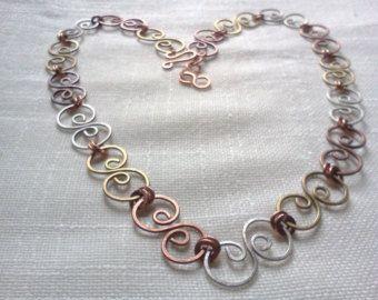Metalli misti spirale collana, collana handmade, martellato filo di ottone, martellato filo di rame martellato alpace filo
