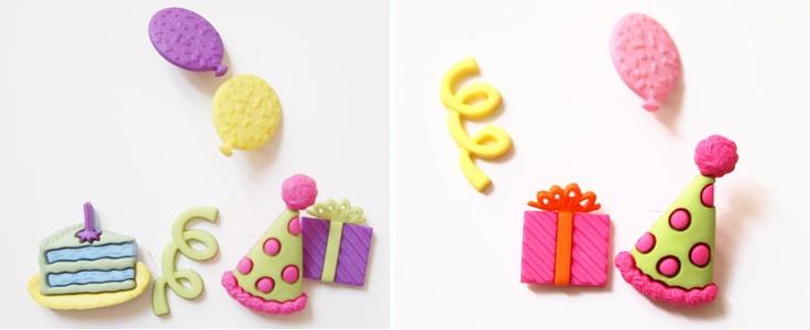 boutons cadeaux, cotillons, chapeau pointu, ballon, gâteau d'anniversaire.  marque Récréatys