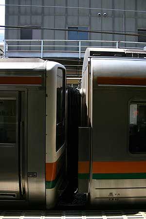 2階建グリーン車が連結されている高崎線列車。国鉄時代からのステンレス車両は、先頭車とグリーン車が連結され特異な外観になっている。[2007/9 高崎駅 JR高崎線857M前橋行(211系)]© 2010 風旅記(M.M.) 風旅記以外への転載はできません...