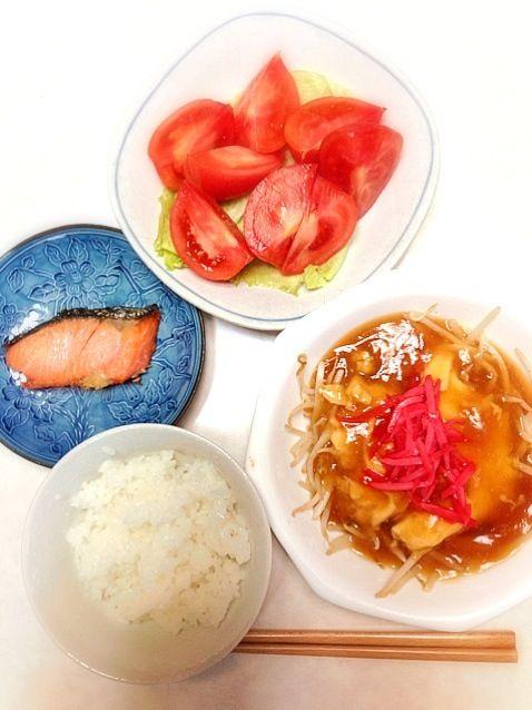 """ご飯、もやし卵あんかけ、焼き鮭、トマトとレタス""""((∩´︶`∩))"""" - 36件のもぐもぐ - お昼ご飯 by あっち"""