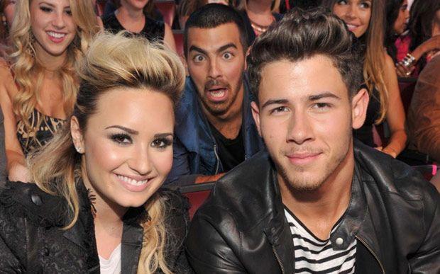 Impossível não amar! Joe Jonas zoou muito a foto de Demi Lovato e Nick Jonas!