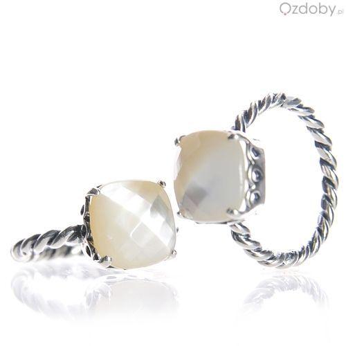 Srebrny pierścionek z białym kamyczkiem