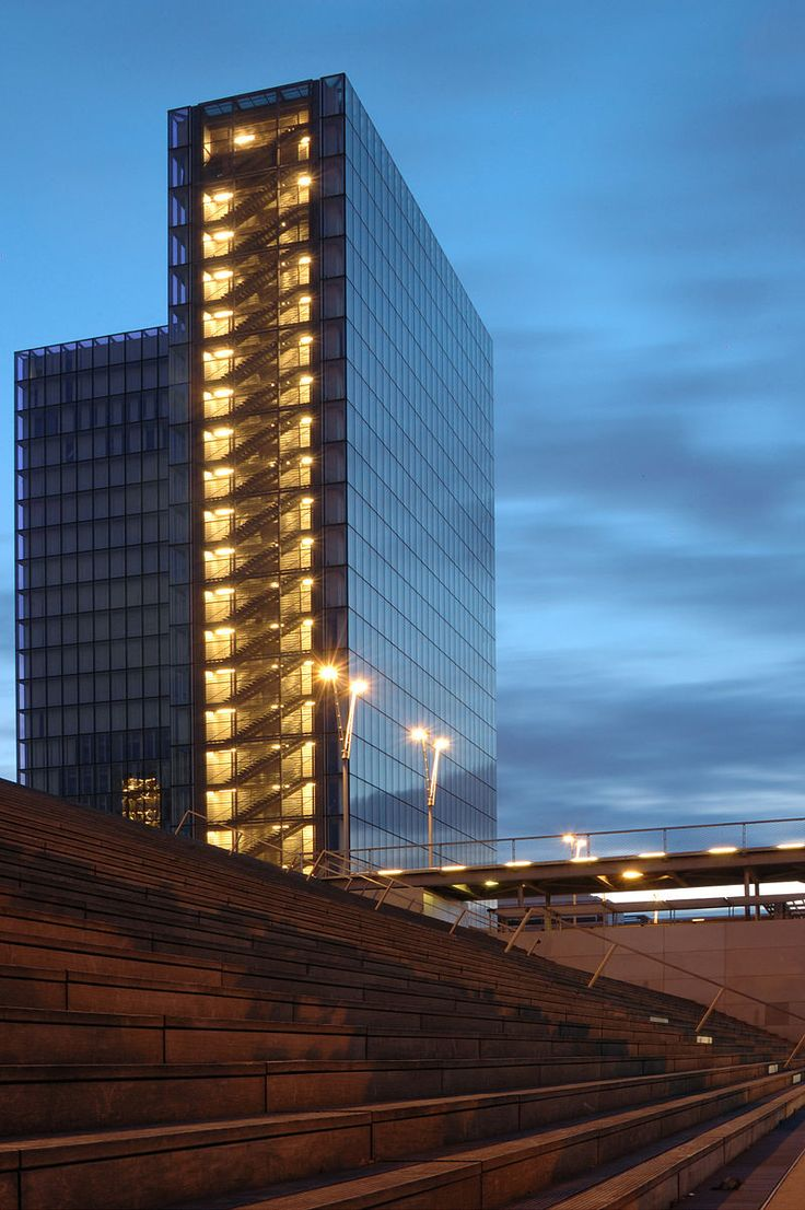 Bercy to przykład nowoczesnej dzielnicy Paryża, w której są modernistyczne budowle. Sprawdź gdzie warto się udać, by zobaczyć trochę ciekawej architektury.