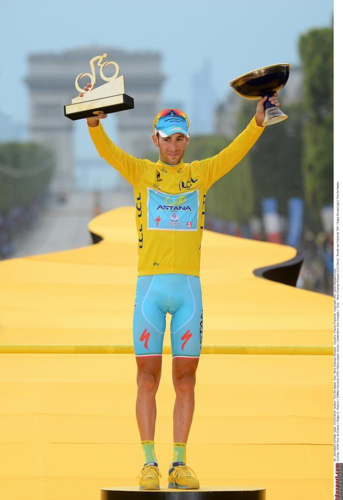 Tour de France 2014 - Stage 21: Évry - Paris Champs-Élysées - Vincenzo Nibali lofts his prizes above his head!