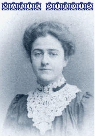 Marie Sirois devient la première à recevoir un certificat en études littéraires de l'Université Laval en 1904. Rappelons que Marie Sirois avait eu besoin d'une permission spéciale l'autorisant à s'inscrire à la Faculté des arts. Elle ne s'est pas présentée à la cérémonie de remise des diplômes parce qu'on lui avait demandé de ne pas le faire. Son diplôme, elle l'a reçu par la poste avec une lettre d'éloges du recteur de l'époque.