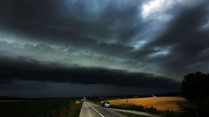 Црни облаци над Војводином (фото)  Невреме у Војводини донело је густе, црне облаке који су се надвили над пољима сунцокрета. небо црни облациNebo-f1Nebo-f2Nebo-f4Nebo-f5  РТС фото:Танјуг  #Srbija #Невреме, #Облаци, #Олуја  https://www.srbijadanas.net/crni-oblaci-nad-vojvodinom-foto/