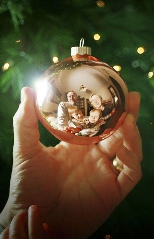 family photo idea for 2013 Christmas, reflected photo of parents and kids through crystal ball, creative Christmas family pictures