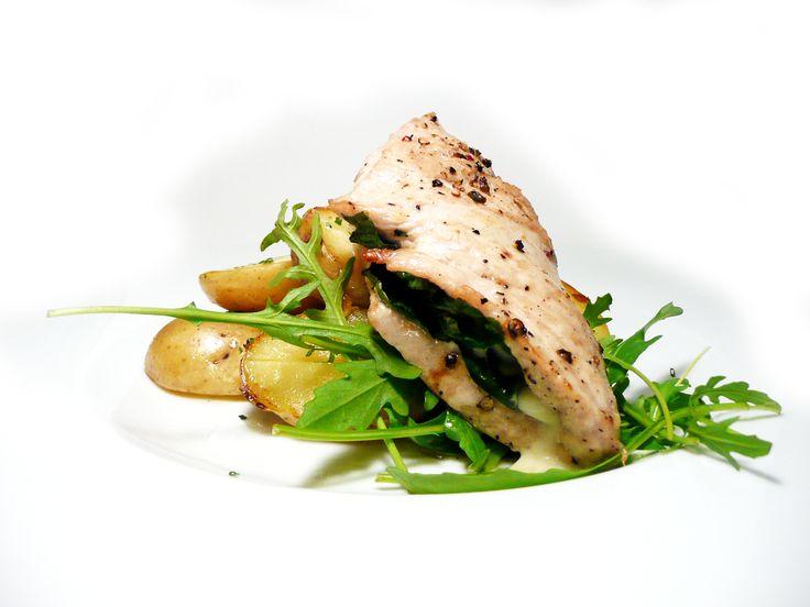 Krůtí prsa plněná čerstvým špenátem a gorgonzolou s máslovými bramborami GRENAILLE. #ukastanujarov http://www.ukastanu.cz/jarov/novinky