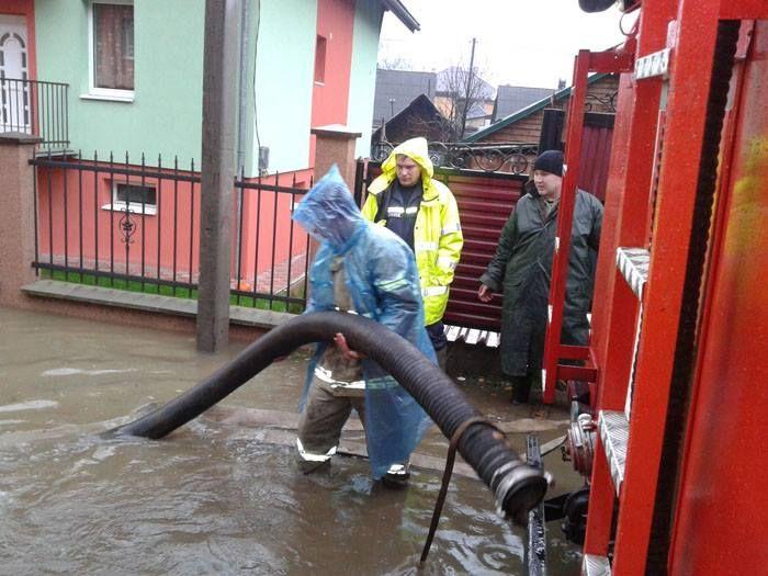 Самая сложная ситуация была в Раховском и Тячевском районах. Там уровень воды достиг критической отметки – Тиса вышла из берегов. Из-за этого река подтопила центральную автодорогу и заблокировала движ