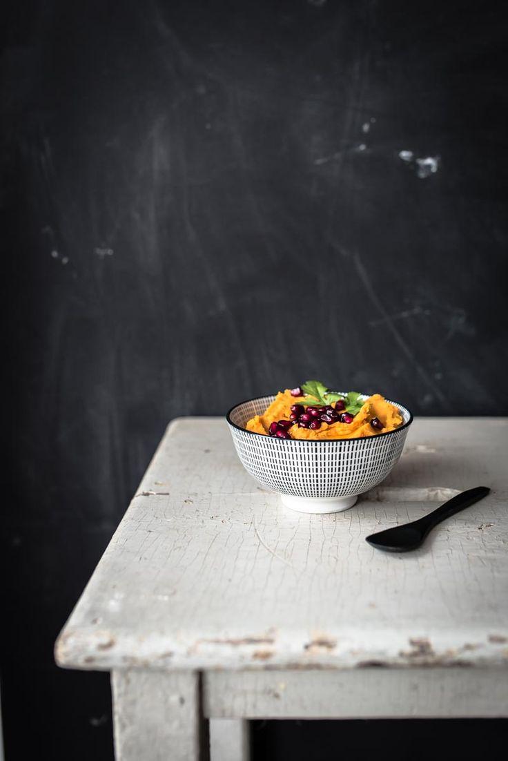 gerösteter butternutkürbis hummus mit korianderöl und dinkelfladenbrot aus der pfanne