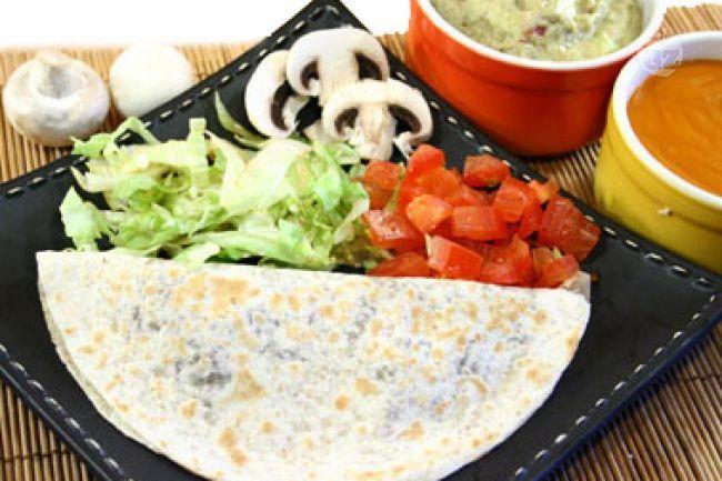 Le quesadillas  con funghi sono delle tortillas di farina con ripieno di funghi al quale si aggiunge  del formaggio tagliato alla julienne. Vengono scaldate su di una padella antiaderente o in microonde.